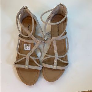 Very cute baige sandals!